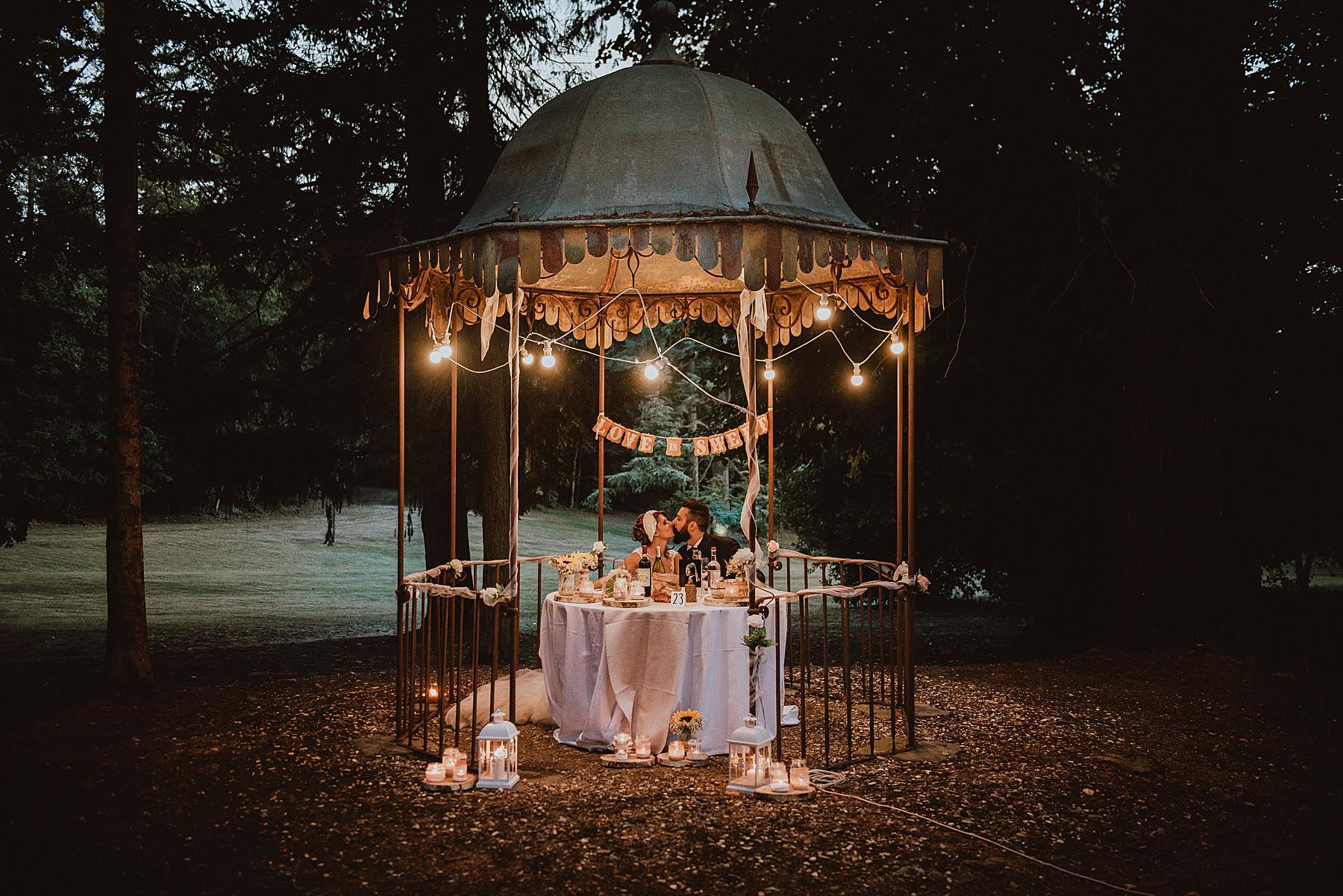 Bellissimo matrimonio a Borgo San Lorenzo a Villa di Corte con il tavolo degli sposi nell'antico gazebo del parco