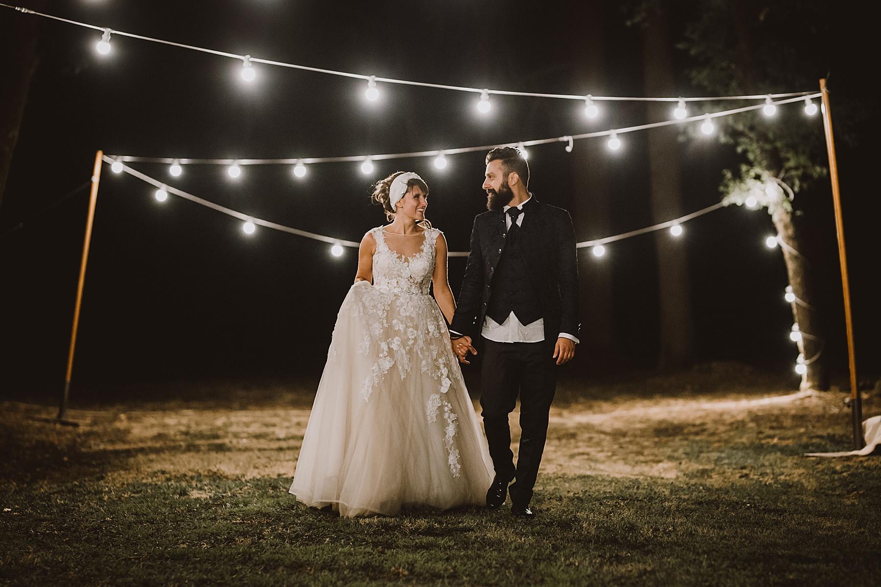Una romantica passeggiata degli sposi