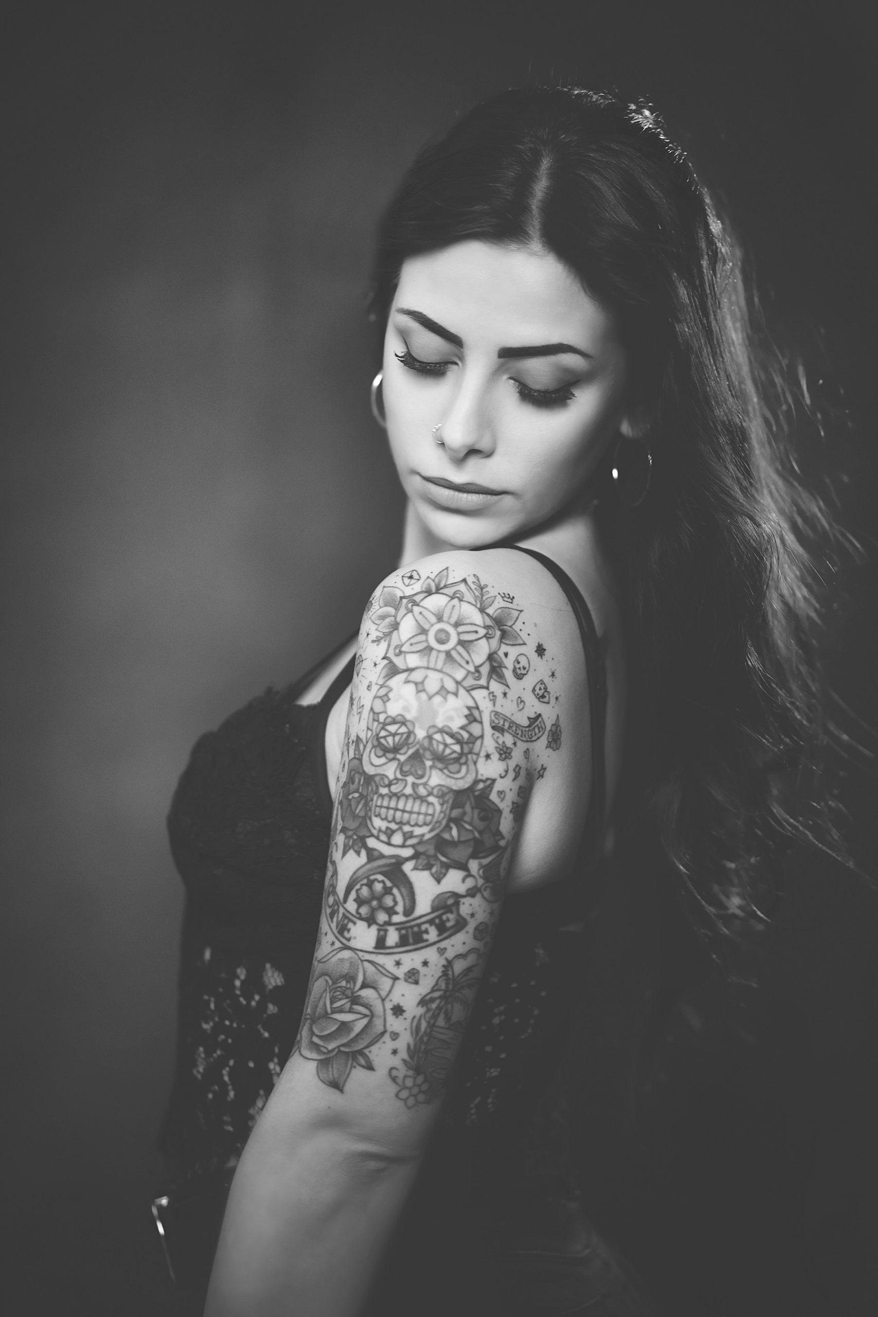 Sessione di ritratti in studio fotografico con bella ragazza.