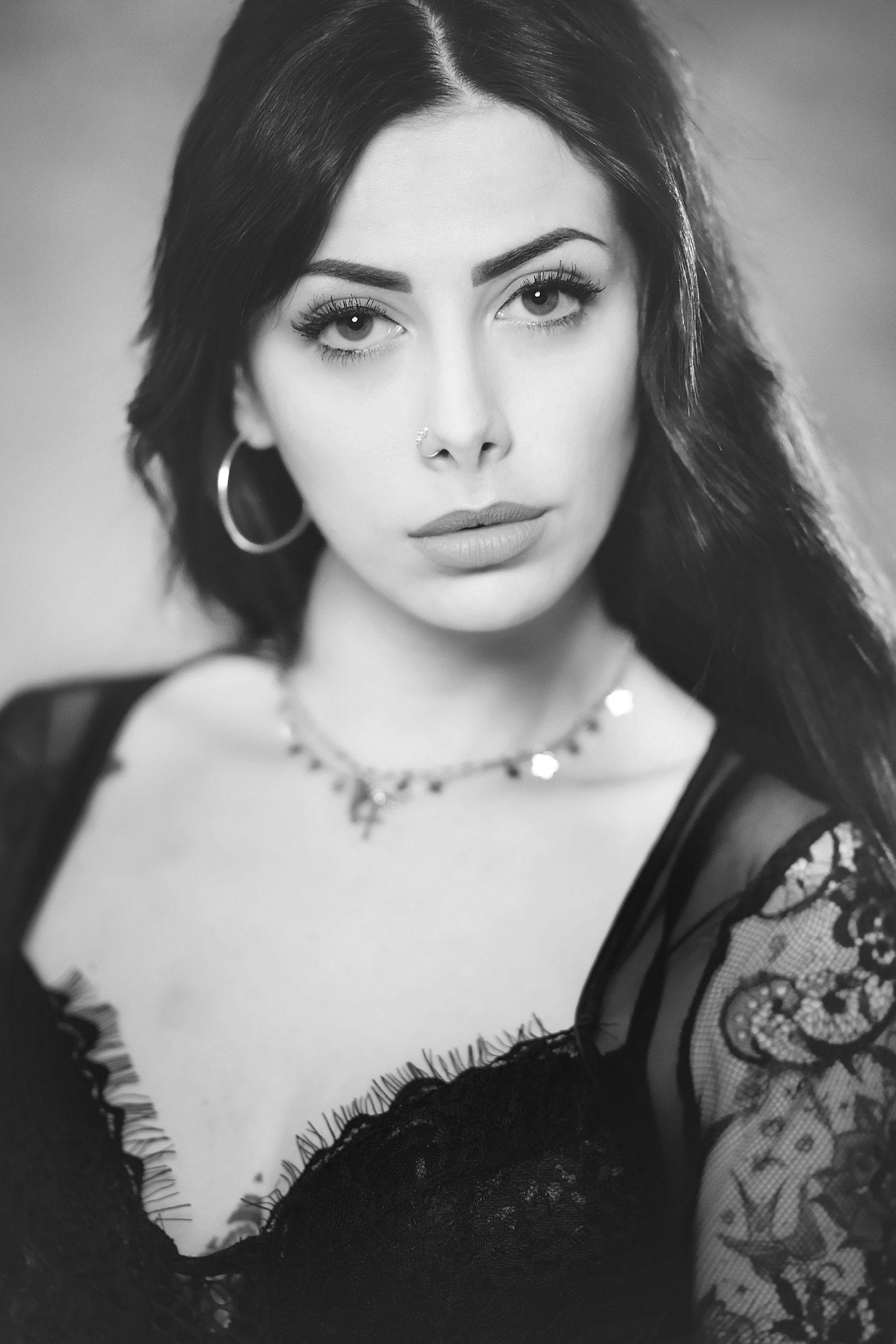 Sessione di ritratti in studio fotografico di bellezza mediterranea